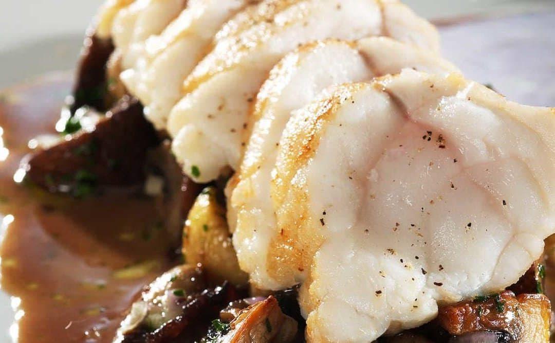 Marulk med stekt svamp och rödvinssås